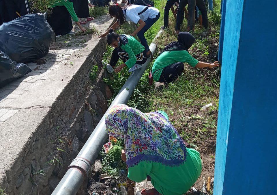 Perangi DBD Mahasiswa Bersama Dosen Lakukan Bersih Kampus
